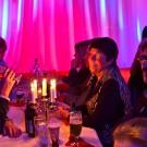 Publiken njuter av mat och dryck